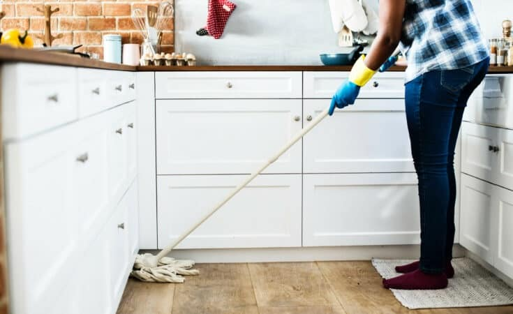 Spring cleaning checklist to help clean your home this year. Here are a few DIY Spring cleaning ideas to make your home looking amazing #springcleaning #cleaninghacks #cleaninghacks #homedecor