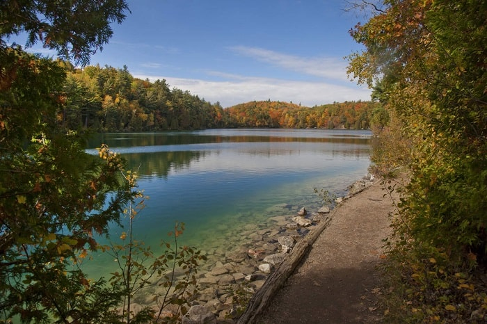 Pink Lake Trail in Gatineau to go hiking. If you are looking for things to do in Ottawa and Gatineau #Pinklake