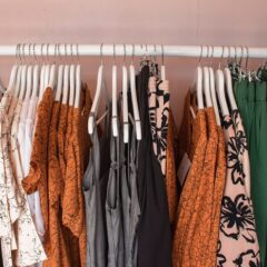 Tips for selling used clothes online for cash! Make money online buy selling your clothes online. Here is a list of amazing websites and apps you can use to sell your clothes. #frugalliving #makemoney #sidehustle #app #business #workfromhome useful tips to make money by selling your clothes in a few hours.