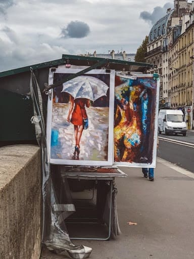 Visit the Bouquinistes. The Notre Dame is located on the River Seine and along the river, there are many small stalls known as Bouquinistes.