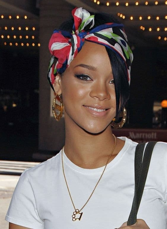 Rihanna rocking a headscarf with a side bow out and about. This easy hairstyle from Rihanna is really cute #bowstyle #scarf