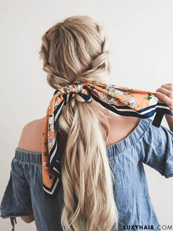 The knotted Ponytail Look. Wearing a scarf in your hair this summer is a great look #wearingascarf #scarfhairstyle